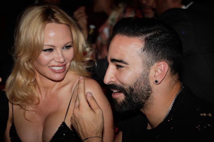 Pamela Anderson guarda con amore Adil Rami a un evento