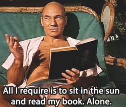 Patrick Stewart spiega di voler solo leggere un libro sotto il sole