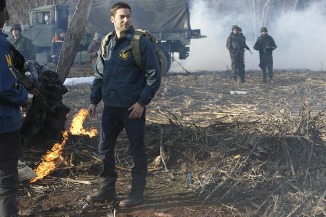 The Blacklist: Redemption, una scena del terzo episodio con i resti dell'aereo