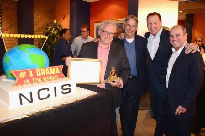 I creatori dello show e Mark Harmon festeggiano il riconoscimento ricevuto
