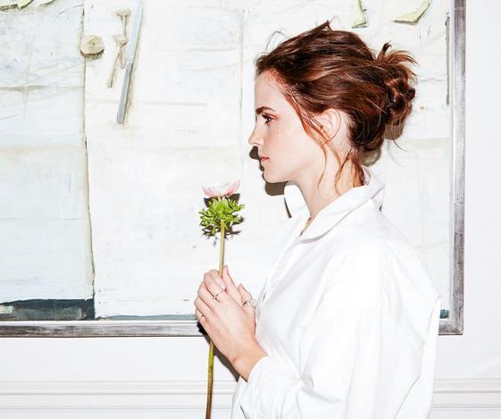 Emma Watson di profilo con una rosa