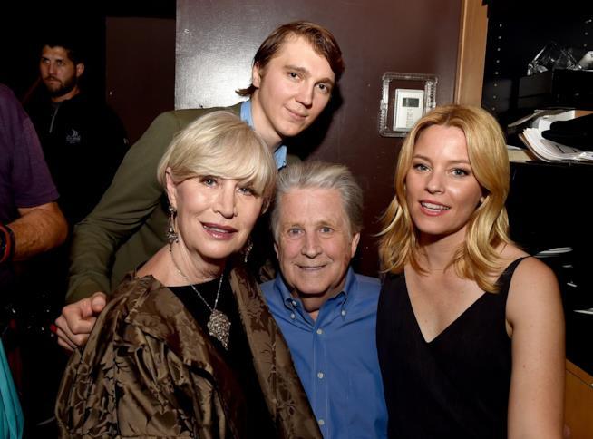 Il vero Brian Wilson insieme alla compagna con gli attori che li interpretano in Love and Mercy
