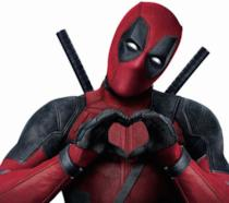 Ryan Reynolds in costume da Deadpool fa il famoso gesto del cuore