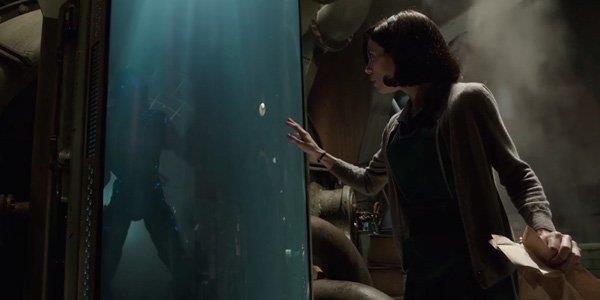 Una scena dal film The Shape of Water: Elisa incontra il mostro