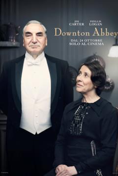 Il maggiordomo Charles Carson in un elegante frac (in piedi a sinistra) e la signora Hughes (seduta a destra), che guarda ammirata Mr. Carson