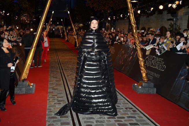 Ezra Miller nel suo abito nero durante la prima di Animali Fantastici 2 a Parigi