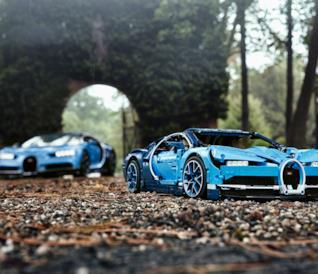La Bugatti Chiron e la versione della stessa in LEGO sulla stessa strada