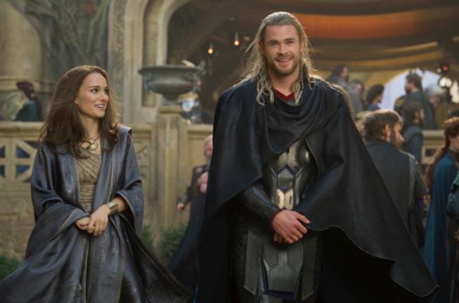 Thor e Jane Foster in una scena d'amore