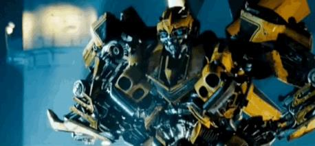 Bumblebee applaude il suo nuovo look in una sequenza tratta da Transformers