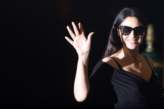 Primo piano di Monica Belluci con occhiali scuri