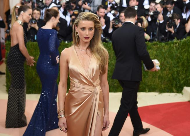 Primo piano di Amber Heard sul red carpet