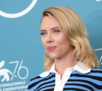 Un primo piano di Scarlett Johansson a Venezia 76