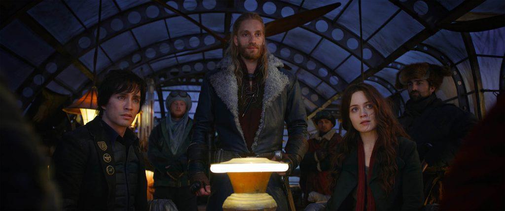 Robert Sheehan, Hera Hilmar e Leifur Sigurdarson che osservano qualcosa