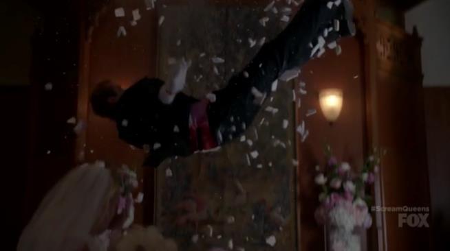 Chad cade morto dal soffitto in Scream Queens 2