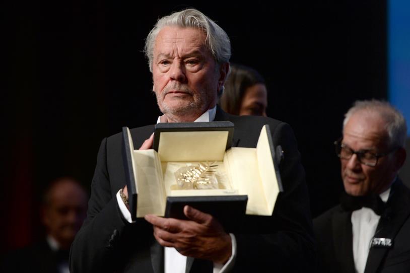 Alain Delon con in mano la Palma d'oro onoraria alla carriera