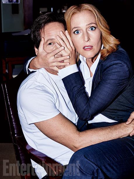 David Duchovny e Gillian Anderson abbracciati su una sedia