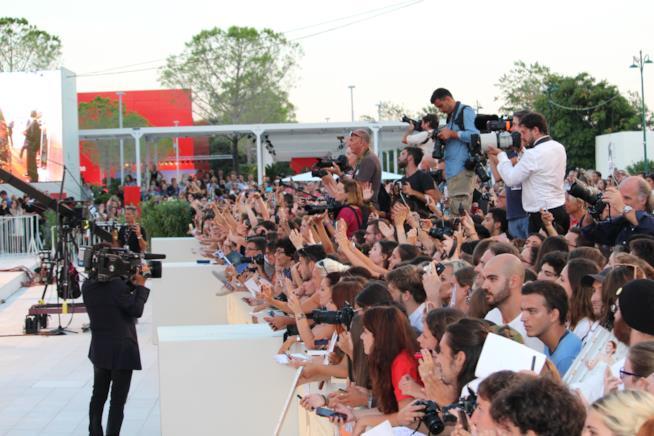 Il pubblico saluta e fotografa Jennifer Lawrence sul red carpet di Venezia 74