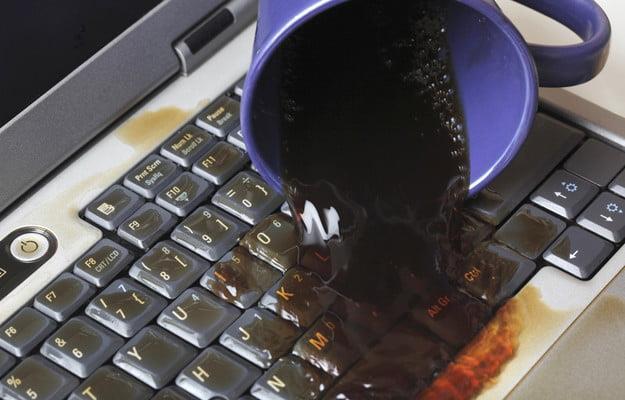 Una caffè versato sopra una tastiera di un PC portatile