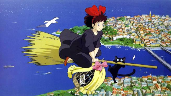 Kiki vola sopra una cittadina di mare a cavallo di una scopa, in compagnia del suo fedele gatto nero