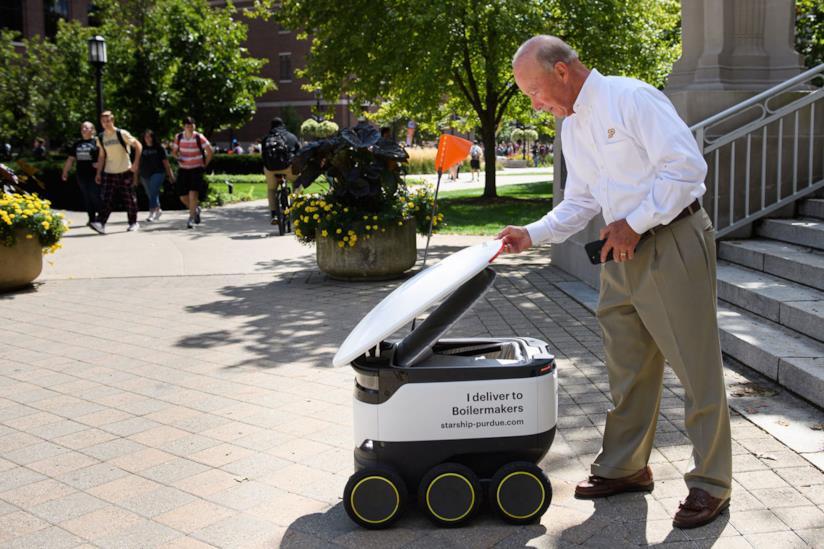 Un docente universitario riceve il proprio pranzo da un robot Starship