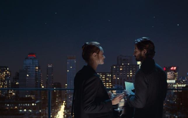 Dylan e Sarah non hanno occhi che per l'altro, indifferenti allo skyline notturno di New York