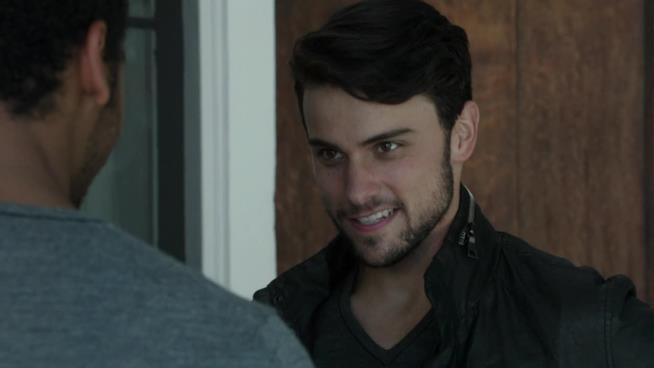 Connor Walsh ammicca ad un altro ragazzo ne Le Regole del Delitto Perfetto