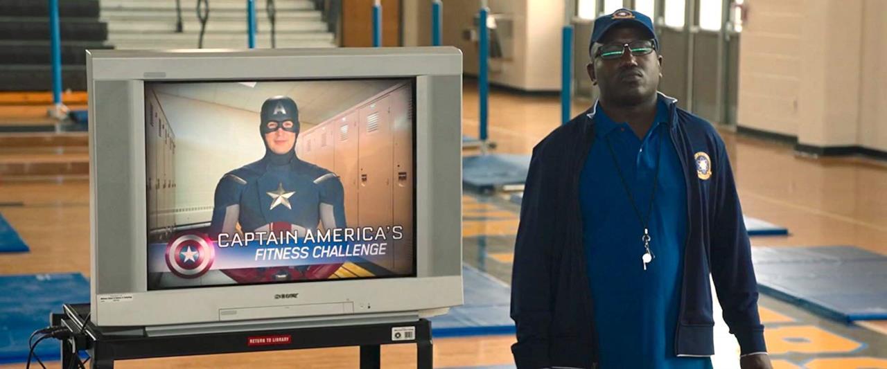 Una televisione proietta il programma di allenamento di Capitan America