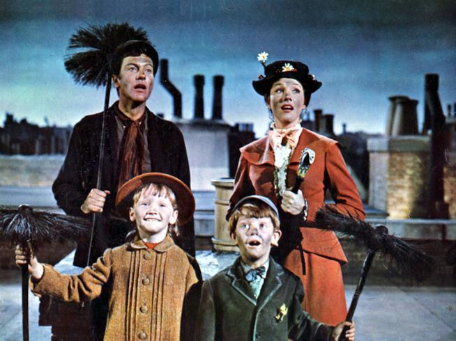 Una scena sui tetti di Londra con Mary Poppins, l'amico spazzacamino e i bambini