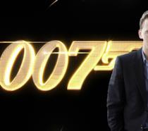 L'attore Tom Hiddleston con il logo di 007