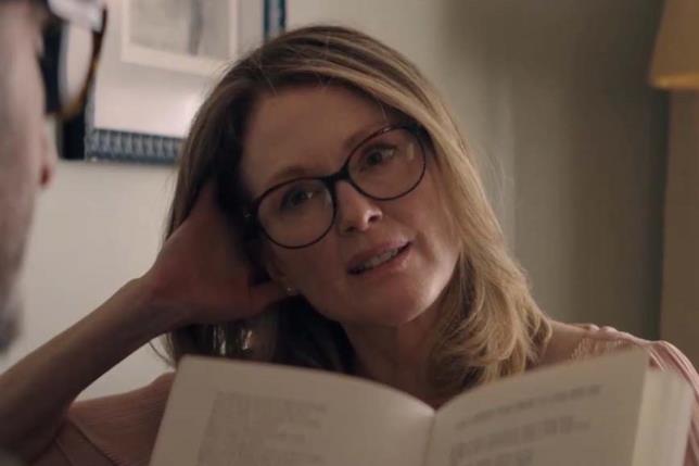 Julianne Moore con gli occhiali in Gloria Bell