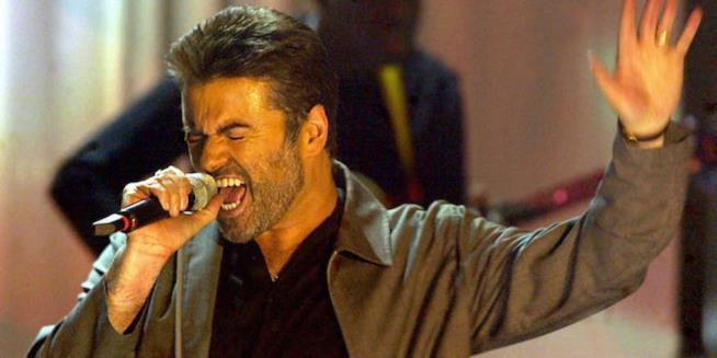Primo piano di George Michael intento a cantare