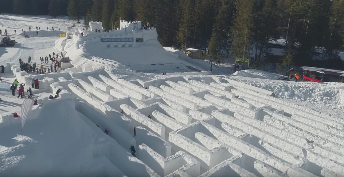 Alcuni dettagli del labirinto di neve a Snowlandia Winter Amusement Park