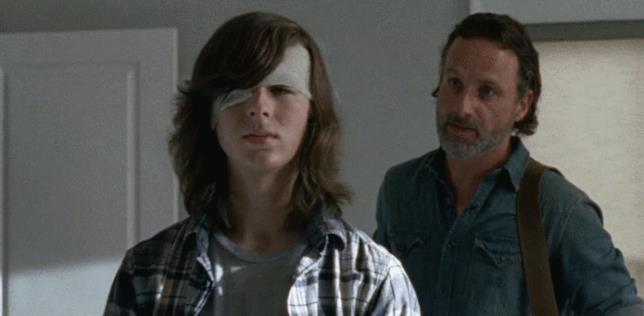 Rick e Carl si allenano con le freccette
