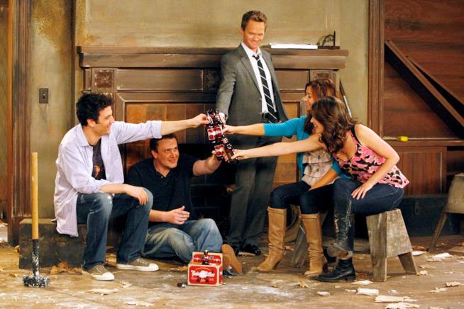 Ted, Robin, Lily, Marshall e Barney brindano insieme