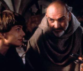 Sean Connery e Christian Slater sorridono in una scena de Il Nome della Rosa