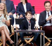 Penny insieme al giovane Sheldon e la sua versione adulta