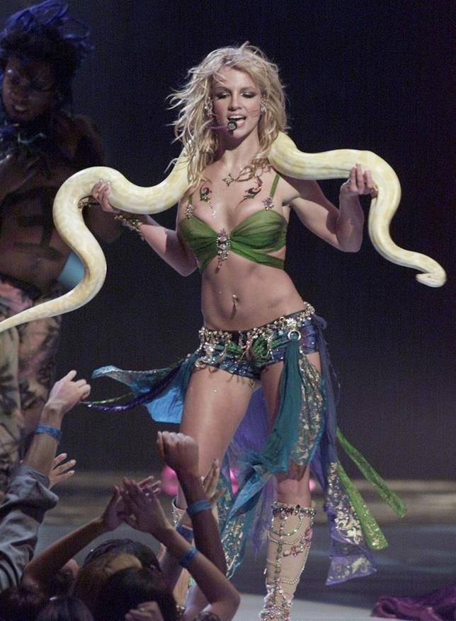 Britney Spears sul palco degli MTV Video Music Awards 2001