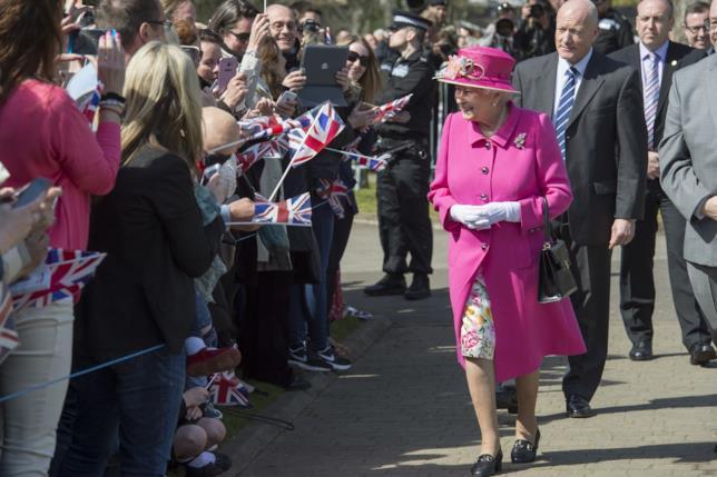 Foto della Regina Elisabetta II tra la folla