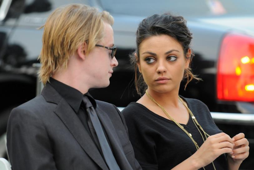 Macaulay Culkin e Mila Kunis ai funerali di Michael Jackson