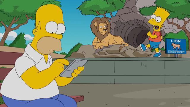 Homer in un'immagine della clip de I Simpson dedicata alla Pokémon GO mania