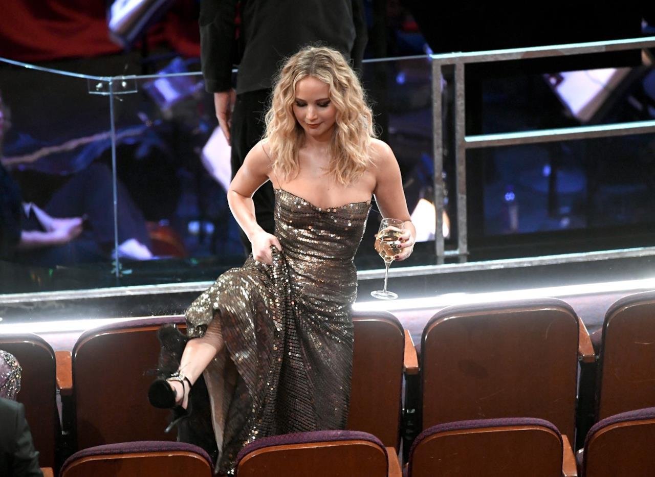 Oscar 2018: Jennifer Lawrence tiene a bada il lungo vestito di Dior per scavalcare