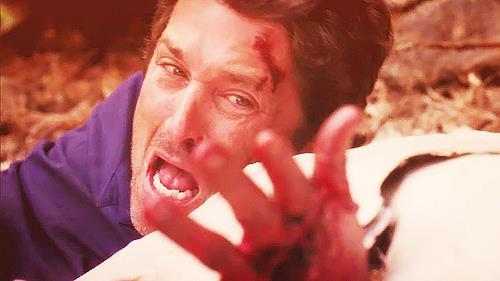 Derek Shepherd si guarda la mano bloccata nelle lamiere.