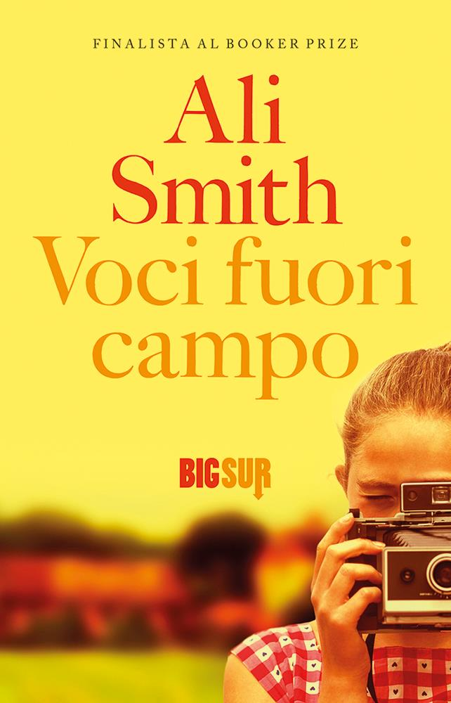 Una ragazzina scatta una fotografia sulla copertina di Voci Fuori Campo