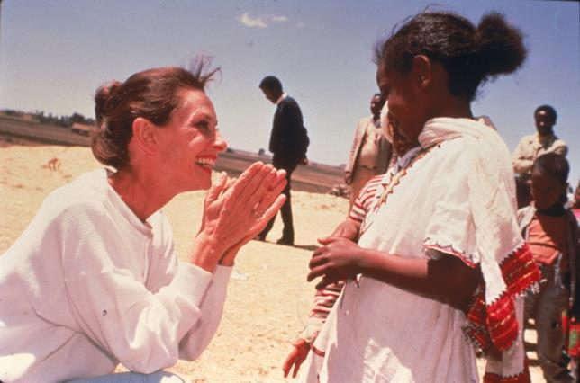 Audrey Hepburn con una bambina africana