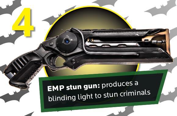 Batman, la pistola stordente creata da Julian Checkley per la sua tuta da Guinness