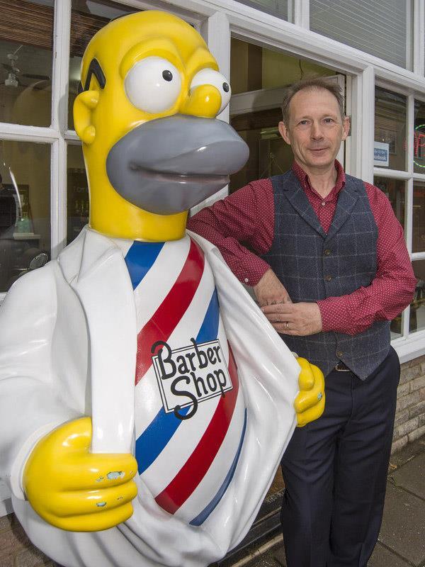 Homer Simpson barbiere nel Surrey: la statua