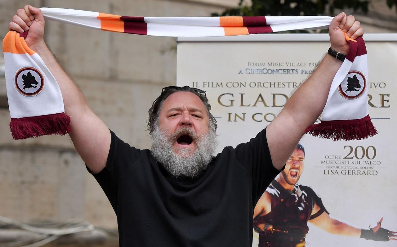 Russell Crowe solleva la sciarpa giallorossa