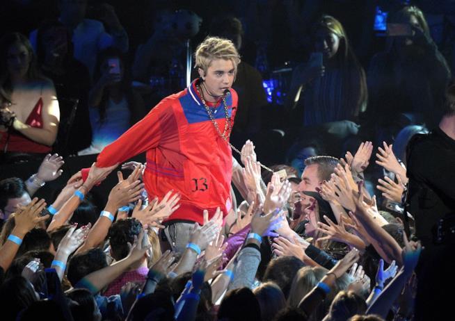 Primo piano di Justin Bieber tra la folla