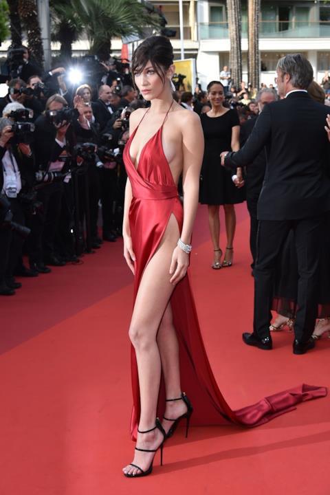 Bella Hadid con abito rosso con spacco mozzafiato.