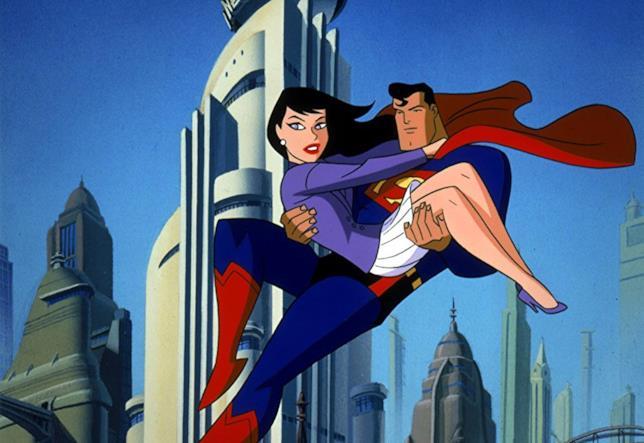 Superman porta in braccio in volo Lois Lane, sullo sfondo di Metropolis